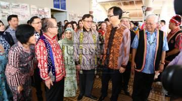 Abang Johari (tiga kanan) dan isteri Datin Patinggi Datuk Amar Juma'ani Tuanku Bujang (empat kanan) mengunjungi Majlis Rumah Terbuka Hari Gawai anjuran pemimpin-pemimpin PBB. Turut kelihatan (dari kanan) Manyin, Baru dan Uggah (dua kiri) - GambarMuhammad Rais Sanusi.