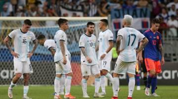 PERMULAAN SUKAR: Reaksi Messi (tengah) dan rakan sepasukan selepas tamat perlawanan di Fonte Nova Arena, Salvador kelmarin. — Gambar AFP