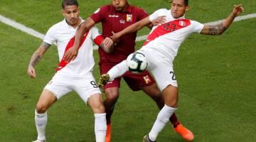 KAWALAN KETAT:  Rondon (tengah) cuba melepasi kawalan dua pemain Peru ketika beraksi pada perlawanan di Arena Do Gremio, Porto Alegre kelmarin. — Gambar AFP