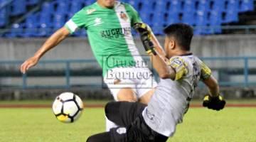 gawang SAMB FC, Muhammad Fahmie Hanapiah pada aksi Liga M3 di Stadium Sarawak, Petra Jaya