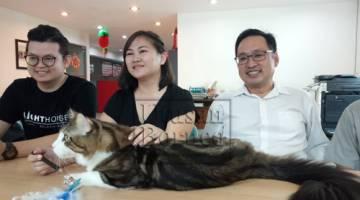Chong (kanan) dan Kelvin berkongsi kejayaan Kahlua dan pemiliknya Cheah (tengah) mengharumkan nama Sarawak dalam peta peminat kucing.