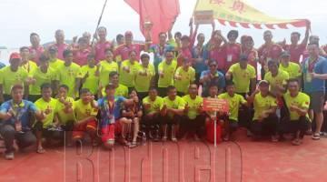 PASUKAN Guangdong Yingao Shunde Xingtan Dragonboat merakam gambar kenangan selepas dinobatkan juara kategori utama Perlumbaan Perahu Naga Antarabangsa Gabungan Persatuan Cina Sabah (FCAS) Keenam.