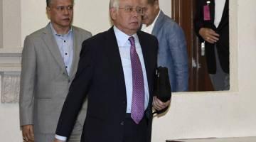 TENANG: Najib keluar dari Mahkamah Tinggi Jenayah selepas mahkamah berhenti rehat pada perbicaraan kesnya berhubung penyelewengan dana SRC International Sdn Bhd di Kompleks Mahkamah Kuala Lumpur semalam. — Gambar Bernama