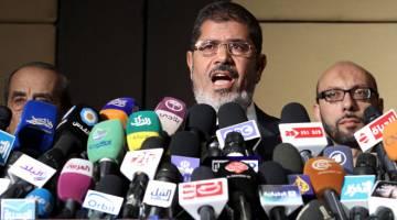 MENINGGAL DUNIA: Gambar fail 22 Jun, 2012 menunjukkan Morsi bercakap pada sidang media di Kaherah, Mesir. — Gambar AFP