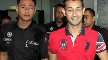 Farid Kamil (kanan) keluar dari mahkamah selepas rayuan bagi menangguhkan hukuman dibenarkan di Mahkamah Tinggi Shah Alam hari ini. - Gambar Bernama