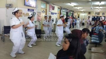 IDUP BEPENGERAI: Raban pengereja pengawa Poliklinik Oya maya 'X-Break', pagi kemari.
