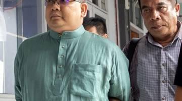 DIBICARAKAN: Wan Muhd (kiri) didakwa di Mahkamah Majistret Kota Bharu semalam atas tuduhan menipu dengan menggunakan dokumen palsu yang dilakukannya pada Jun 2016. — Gambar Bernama