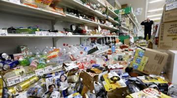 AKIBAT GEMPA: Barang-barang berselerak di atas lantai di sebuah pasar raya selepas gempa bumi melanda di bandar Tsuruoka            di wilayah Yamagata, Jepun semalam. — Gambar Kyodo/Reuters