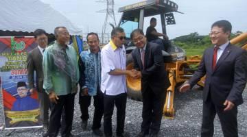 PELANCARANL: Azlan Man (empat, kiri) bersalaman dengan James Lee (dua, kanan) pada Majlis Pelancaran Pecah Tanah Projek Solar Berskala Besar 30MW di Chuping semalam. — Gambar Bernama