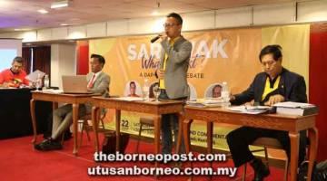 JURAI: Foo sereta Voon (kanan) enggau Aziz (tiga ari kanan) lebuh bejuraika 'Sarawak, What Next?', kemari.