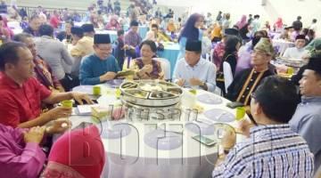 ISNIN Isnin berbual mesra dengan pegawai khas Timbalan Perdana Menteri, Abdul Rahman Yaakub pada majlis berkenaan.