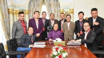 KUNJUNGAN HORMAT: Posa mengetuai Exco FAS mengadakan kunjungan hormat ke atas Abang Johari di Wisma Bapa Malaysia, Kuching, petang kelmarin.