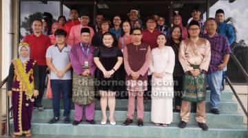 UNTUK ALBUM: Lau (depan, empat kanan) sempat merakamkan kenangan bersama warga RTM Sibu.