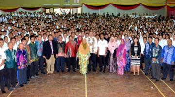 SUAI KENAL: Warga PKS dan para pelajar baharu bergambar beramai-ramai pada MSK di PKS, baru-baru ini.