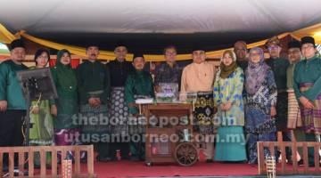 UNTUK ALBUM: Dr Annuar (tengah) merakam kenangan bersama ahli PMS pada Majlis Berlanggar Meja Perdana, baru-baru ini.