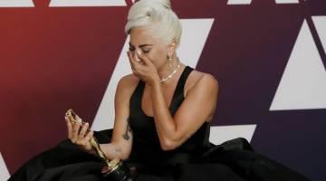 BAWA TUAH: Gambar fail bertarikh 24 Februari 2019 ini menunjukkan Lady Gaga sebak melihat anugerah Oscar Lagu Asal Terbaik yang dimenangi olehnya untuk lagu 'Shallow' iaitu runut bunyi dalam filem 'A Star Is Born'.  Lady Gaga adalah antara mereka yang diterima masuk ke dalam akademi filem yang memberi anugerah Oscar pada tahun ini. — Gambar Reuters