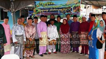 UNTUK ALBUM: Talib (tujuh kanan) merakam gambar kenangan bersama ketua-ketua masyarakat, tetamu dan penduduk Kampung Sebiew di Majlis Belanggar Qapong Sebezaw.