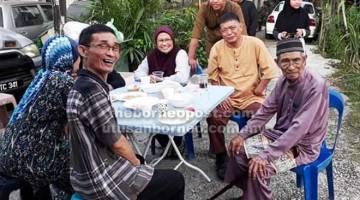 HARMONI: Penduduk kampung berbual dan menikmati hidangan bersama pada Majlis 'Belanggar Qapong Sebezaw'.
