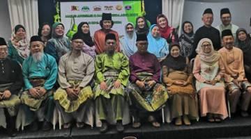 KENANGAN RAYA 2019: Gambar kenangan bersama Pegawai Daerah Kuching.