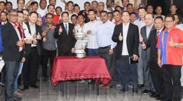 PETER dan jawatankuasa tertinggi SAFA serta perwakilan dari SAFA Daerah merakamkan gambar kenangan bersama Piala Liga Premier yang dijulang Skuad Tambadau Sabah musim ini, gelaran juara yang dirangkul selepas kejuaraan pertama 23 tahun lalu.
