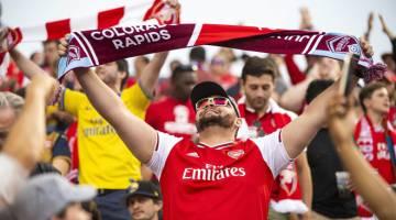 BERSEMANGAT: Seorang penyokong Arsenal memberikan sokongan kepada pasukannya semasa perlawanan persahabatan di Dick's Sporting Goods Park di Colorado. — Gambar AFP