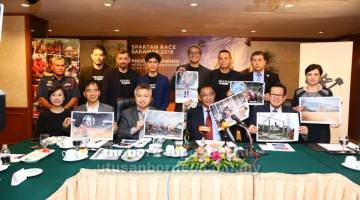 AYUH SERTAI: (Duduk dari kanan) Lee, Abdul Karim, Snowdan dan Hii menunjukkan poster variasi cabaran yang akan dilalui peserta Spartan Race Malaysia 2019 pada sidang media di Kuching semalam. — Gambar oleh Muhammad Rais Sanusi