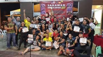TAHNIAH: Peserta dan jawatankuasa penganjur pada Kejohanan Gusti Lengan Sarawak.