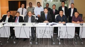 PETER (tengah di depan) semasa sidang media selepas EGM SAFA di bilik mesyuarat Kementerian Pembangunan Infrastruktur, Kota Kinabalu pada Selasa.