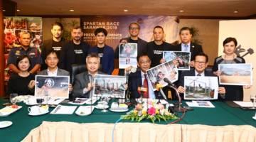 (Duduk dari kanan) Lee, Abdul Karim, Snowdan dan Hii menunjukkan poster pelbagai jenis cabaran yang akan dilalui para peserta Spartan Race Malaysia 2019 semasa sidang media hari ini.