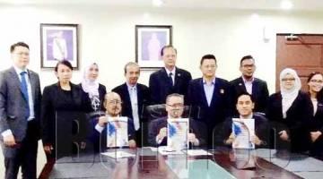 TSEU (duduk, tengah) bersama para juri/panel dan jawatankuasa penganjur AKIS 2018/2019.
