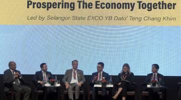 BERI PENERANGAN: Teng (tiga kanan) bercakap semasa persidangan 'Selangor: Regional Powerhouse' di Kuala Lumpur, semalam. — Gambar Bernama