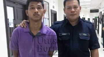 Tertuduh diiringi polis di pekarangan Mahkamah Kuching, hari ini.