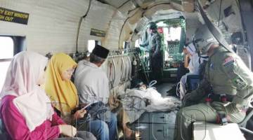 ROSLAN turut ditemani isteri dan bapanya dalam penerbangan dari Tawau ke Kota Kinabalu.