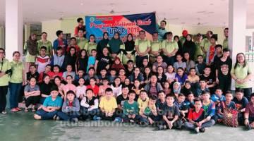 KE ARAH KECEMERLANGAN: Guru-guru dan murid-murid yang mengambil bahagian dalam Kem Road To UPSR 2019.