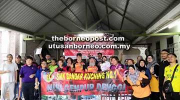 BERSATU TENAGA: Guru-guru dan pelajar pelajar SMK Bandar Kuching No.1 antara peserta gotong-royong.
