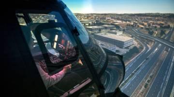 CUBA: Wartawan Pertubuhan Berita Nasional Malaysia (Bernama) Zairina Zainudin merasai pengalaman mengemudi simulator helikopter ketika ketika Program Penerbangan Penuh Simulator Helikopter Airbus Malaysia AS365 di Pusat Aero-angkasa Antarabangsa Airbus Helicopters Malaysia kelmarin. — Gambar Bernama