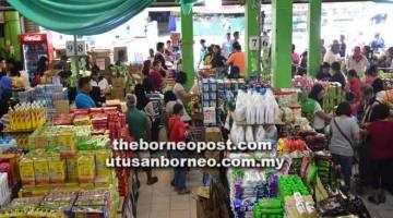 REBUT PELUANG: Orang ramai sedang memilih barang keperluan mereka di Pasar Raya Everwin Eco Mart Sdn Bhd, Sibu Jaya.