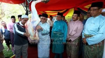 LAPAH: Abang Johari menyaksikan Tun Taib melapah daging korban pada Korban Perdana Majlis Islam Sarawak  2019 di Kuching semalam. Turut kelihatan, Abdul Karim dan Misnu.