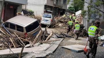 MUSNAH: Anggota penyelamat menjalankan tugas susulan kemaraan Lekima di Linan, wilayah timur Zhejiang kelmarin. — Gambar AFP