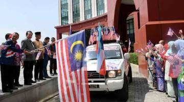 KEMBARA MERDEKA: Samsuni melepaskan konvoi kembara merdeka di pekarangan Kompleks Bangunan Persekutuan Sabah di Sabah, semalam. — Gambar Bernama