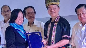 TAHNIAH: Madius menyampaikan sijil kepada salah seorang graduan. Turut kelihatan (dari kiri) Mohd Yatim, Yaakub dan Aidi.