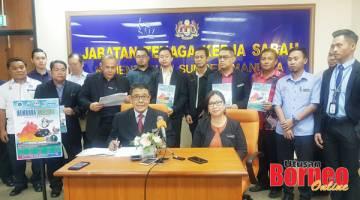 SIDANG MEDIA: Kamal (duduk, kiri), Ketua Penolong Pengarah JPSM Celestina Aron (duduk, kanan) dan beberapa wakil penganjur yang terlibat pada sidang media Kembara Kerjaya Sabah 2019 Siri 2 pada Khamis.