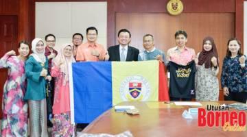 BAWA CABARAN UMS: Kakitangan UMS yang akan menyertai Kuching Marathon 2019 merakamkan gambar bersama Prof. Dr. Taufiq Yap.