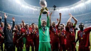 WIRA THE REDS: Adrian (tengah) menjulang trofi di hadapan rakan sepasukan ketika meraikan kejayaan menjuarai Piala Super Eropah selepas menewaskan Chelsea di Vodafone Arena, Istanbul kelmarin. —  Gambar Reuters