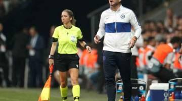 TEGANG: Reaksi Lampard (kanan) ketika menyaksikan pasukannya beraksi pada perlawanan menentang Liverpool di Vodafone Arena, Istanbul kelmarin. —  Gambar Reuters