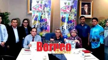 MAYUH AKTIVITI: Talib (tengah) begulai enggau Rodziah(kanan), Jack(kiba)sereta pengatur pengawa komiti BIKF 2019 maya bejaku ngagai pemberita di Kuching.