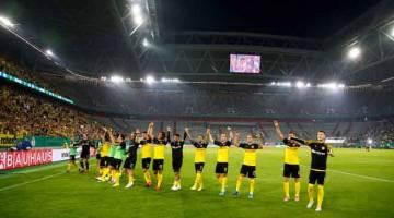 BERAZAM TINGGI: Pemain Dortmund memberikan tanda terima kasih kepada sokongan daripada penyokong mereka selepas tamat perlawanan pusingan pertama DFB Cup menentang KFC Uerdingen di Jerman. — Gambar Reuters