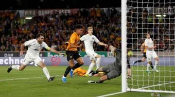 LINCAH: Sebahagian daripada babak-babak aksi perlawanan kelayakan pusingan ketiga Liga Europa di antara Wolverhampton Wanderers dan Pyunik di Stadium Molineux di Britain. — Gambar Reuters