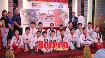 MAJU JAYA: Tiong (tiga dari kiri) menyerahkan bendera kepada Lau sebagai penyertaan atlet-atlet pada Kejohanan Piala Heros Taekwondo 2019 di Kuala Lumpur.