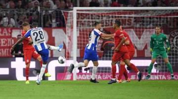 CARI RENTAK: Sebahagian daripada babak-babak aksi perlawanan Bundesliga di antara Bayern Munich dan Hertha Berlin di Munich, Jerman. — Gambar AFP